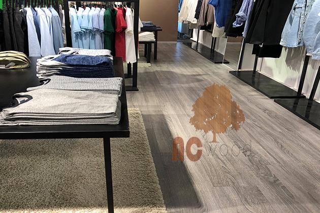 sàn gỗ phù hợp cho shop quần áo